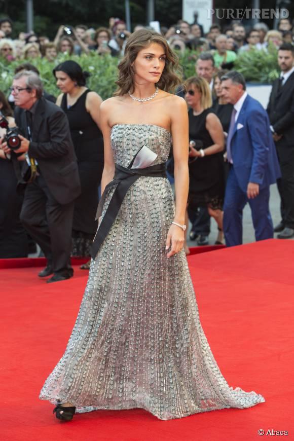 Elisa Sednaoui, sublime dans une robe à sequins signée Armani.