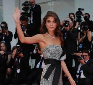 Elisa Sednaoui : beauté fatale dans une robe longue à sequins signée Armani