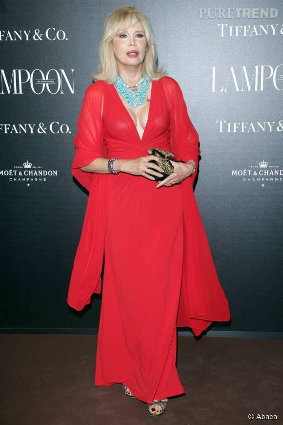 Amanda Lear dans sa robe très décolletée, hier à Venise.