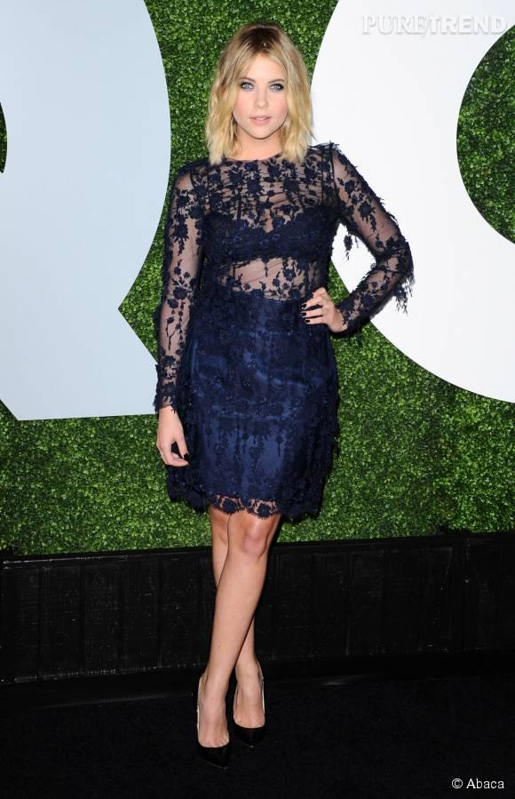 Ashley Benson, très sexy dans une robe dentelle transparente.