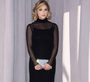 Ashley Benson, femme fatale vêtue de noir.