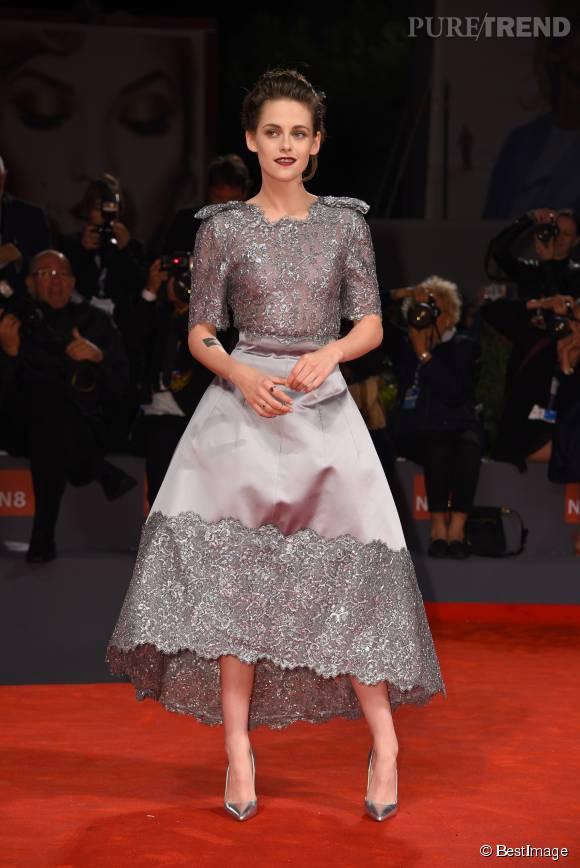 Kristen Stewart dans une robe argentée très féminine sur le tapis rouge de la Mostra de Venise cette semaine.