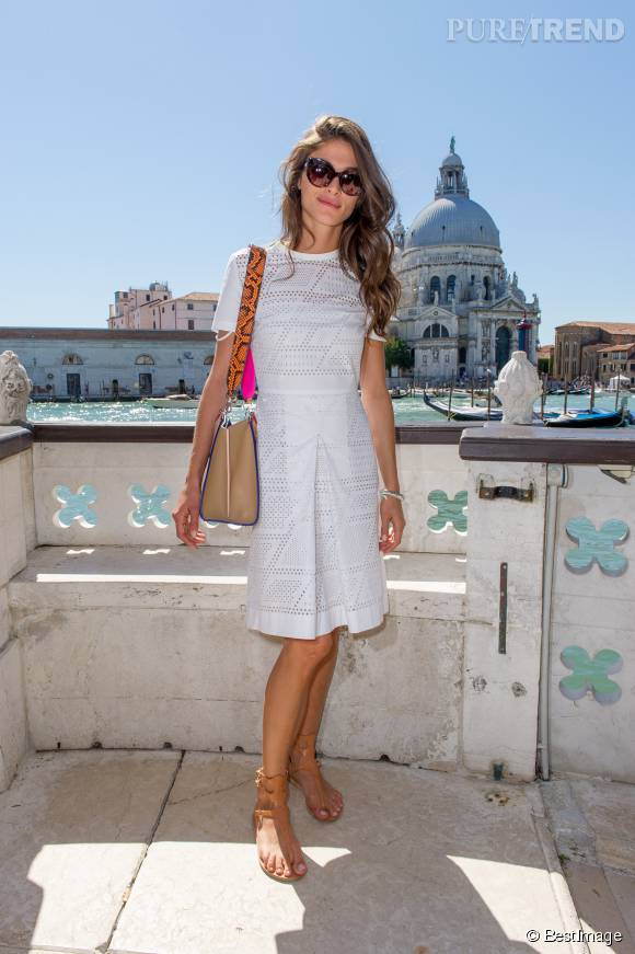 Elisa Sednaoui prolonge l'été dans une ravissante robe blanche.