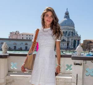 Elisa Sednaoui a pris la pose sur les rives du Grand Canal à Venise, dans le cadre de la 72e Mostra.