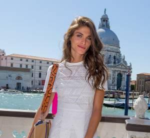 Elisa Sednaoui nous éblouits dans sa petite robe blanche perforée. Quelle beauté !