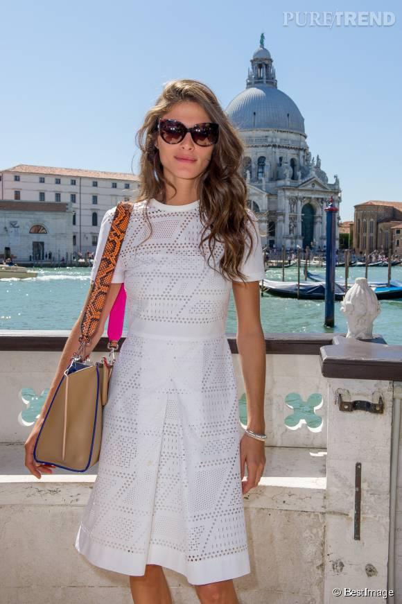 Pour twister sa petite robe blanche, Elisa Sednaoui adopte un sac coloré.