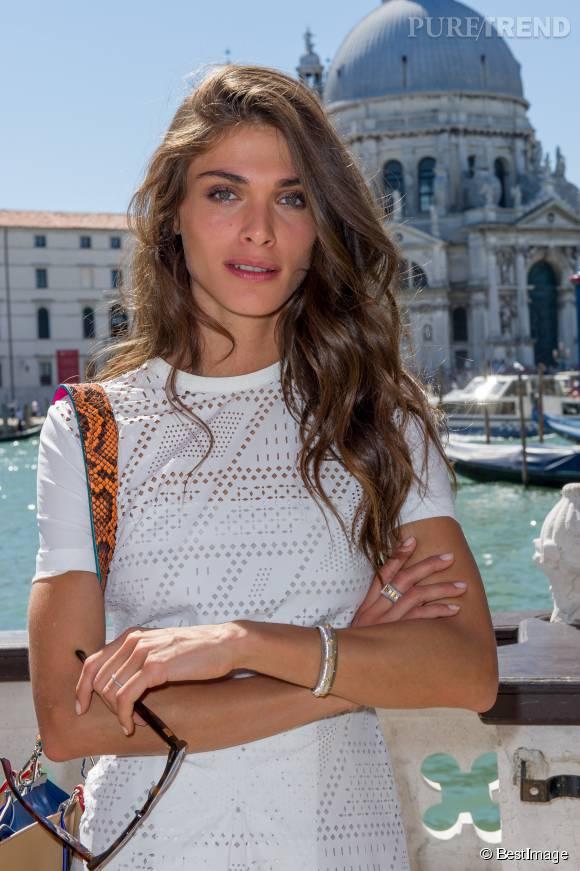 Elisa Sednaoui est la marraine de la Mostra de Venise : elle se doit d'apparaître toujours très en beauté. Et c'est réussi !