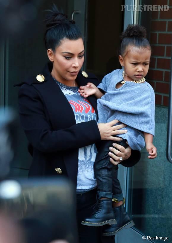 Kim Kardashian et North West prêtent à affronter les photographes.