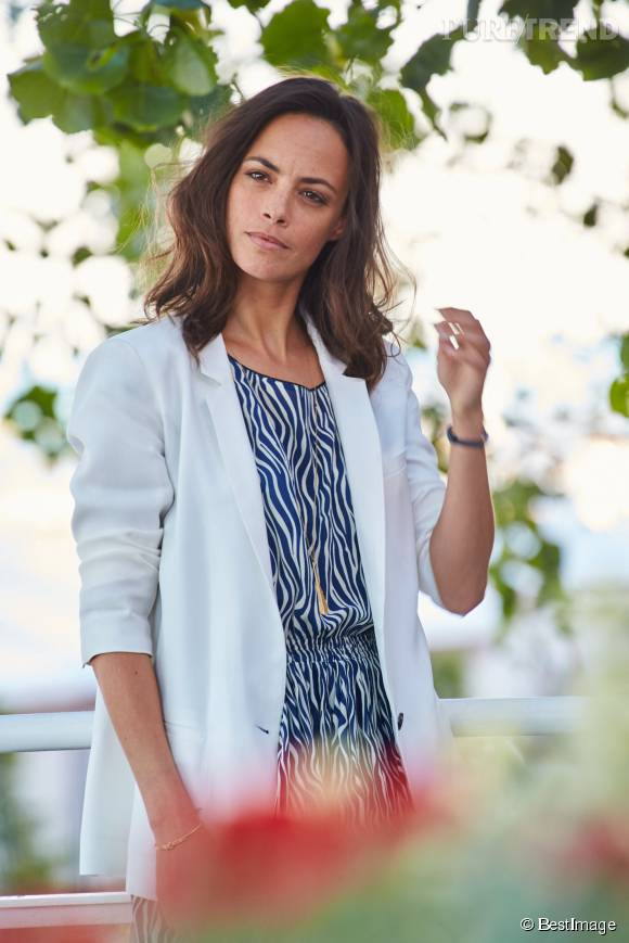 En petite robe bleue et blanche et blazer blanc, Bérénice Bejo a misé sur un code couleur qui mettait parfaitement en valeur son teint hâlé.