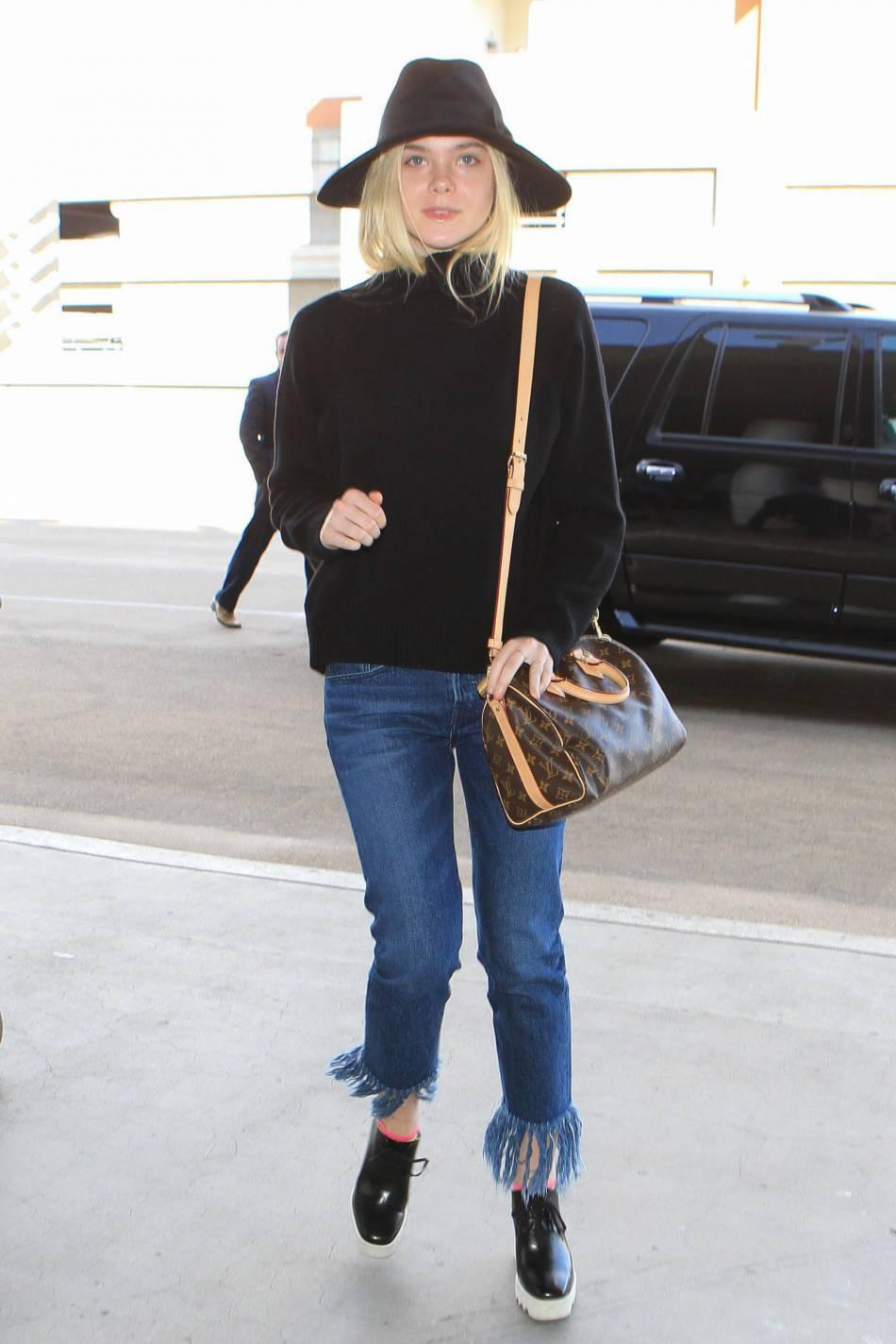 Elle Fanning dans un look cosy/chic à l'aéroport de Los Angeles.