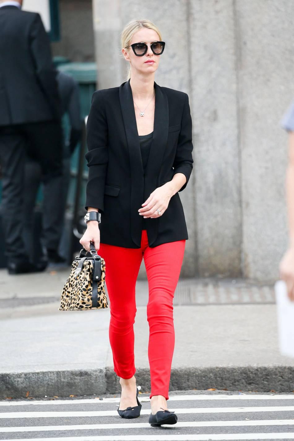 Nicky Hilton en rouge et noir dans les rues de New York ce vendredi 6 novembre