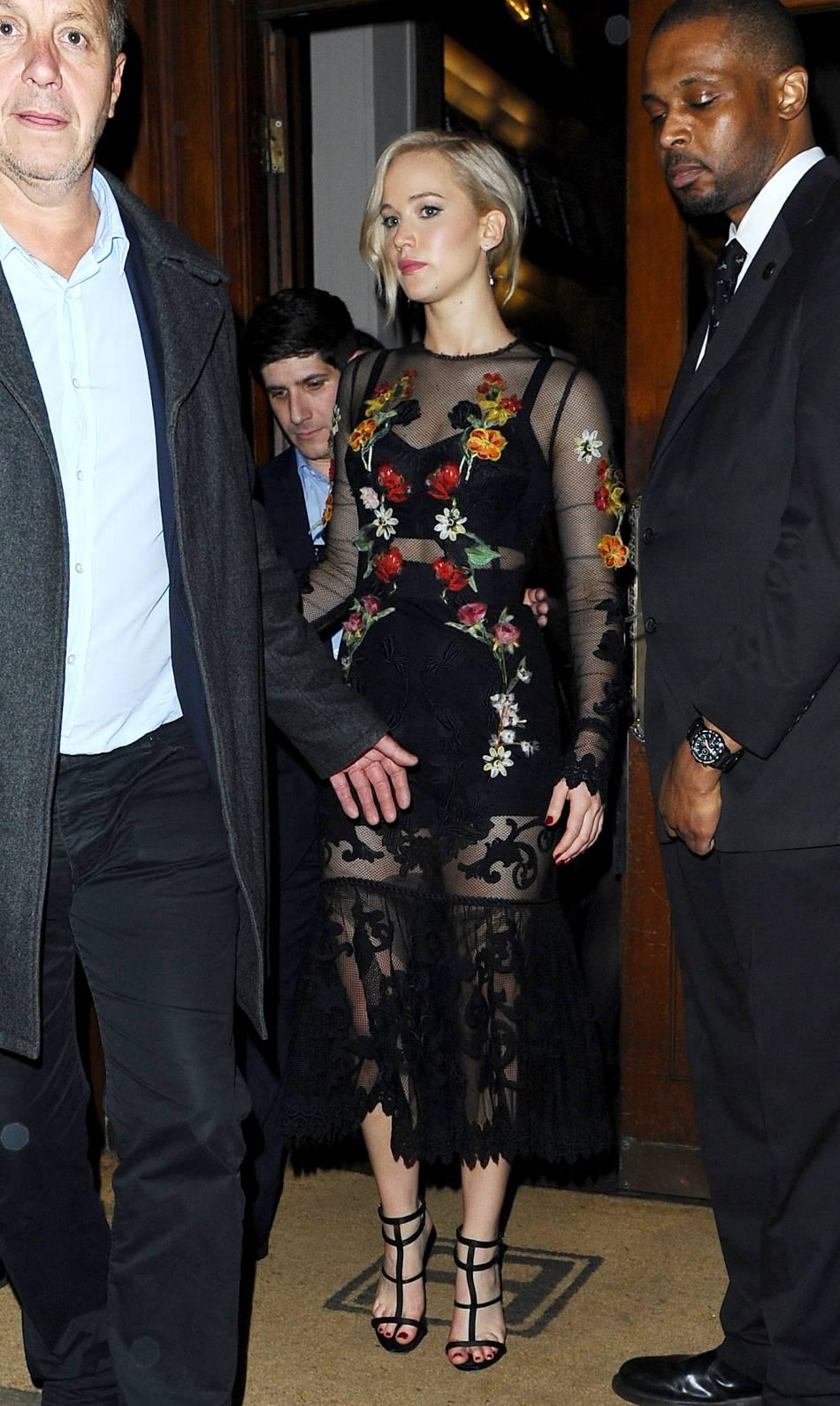 Jennifer Lawrence très sexy dans sa robe transparente à Londres le 6 novembre 2015.