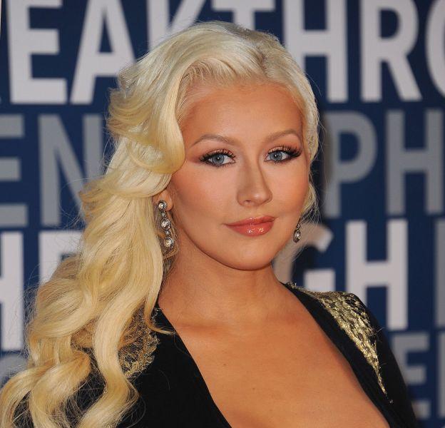 Christina Aguilera repousse les limites de la loi de l'apesanteur dans une robe au décolleté extrême.