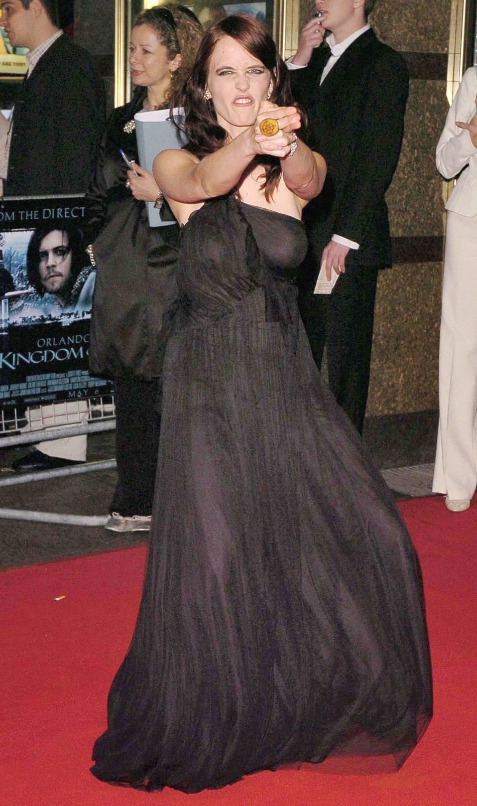 """Eva Green a eu bien du mal à trouver quelle attitude adopter sur les red carpets. Pour l'avant-première de """"Kingdom of heaven"""" en 2005 elle fait le pitre. Pas franchement en accord avec la robe."""