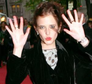 """Eva Green continue à faire la petite rigolote sur les tapis rouges. Côté look... Elle mise une nouvelle fois sur le """"je mets ce qui me tombe sous la main""""."""