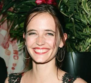 """Pour l'avant-première d'""""Asylum"""" en août 2005, Eva Green est radieuse. Elle sourit comme plus jamais on ne la verra sourire par la suite. Mais le soutien-gorge rouge sous la robe effet lingerie en dentelle noir : c'est un NON massif et définitif."""