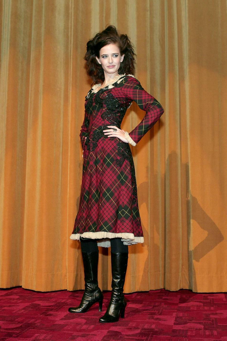"""Petite rechute """"n'importe quoi"""", toujours en 2006. La robe en tartan n'est pas vilaine, mais les collants opaques et les bottes en cuir n'ont rien à faire là. Eva Green a plus l'air de partir faire ses courses de Noël que de passer une soirée sur un tapis rouge."""