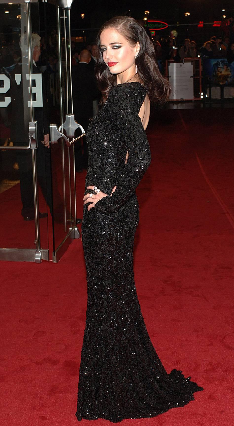 """Eva Green est plus belle que jamais dans ce fourreau noir rebrodé de sequins pour l'avant-première de """"A la croisée des monde : la boussole d'or"""". Nous sommes en 2007."""
