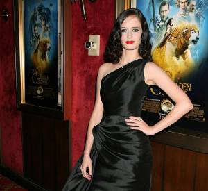 Eva Green joue les beautés fatales façon âge d'or d'Hollywood, toujours en 2007. Dans cette robe asymétrique en soie noire satinée, elle nous fait penser à Rita Hayworth. La coiffure est dans le même esprit. Quelle beauté !