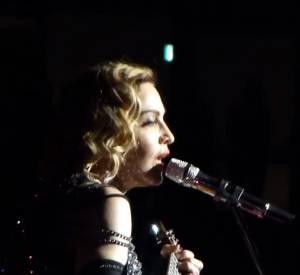 """Madonna interprète sa version hommage de """"La vie en rose"""" après les attentas de ce week-end..."""