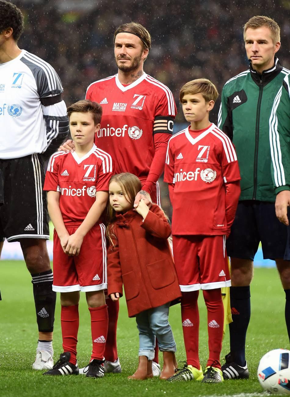 Harper Seven Beckham terriblement craquante auprès de son papa et de ses grands frères.