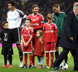 Harper Beckham : craquante sur la pelouse du stade avec son papa et ses frères