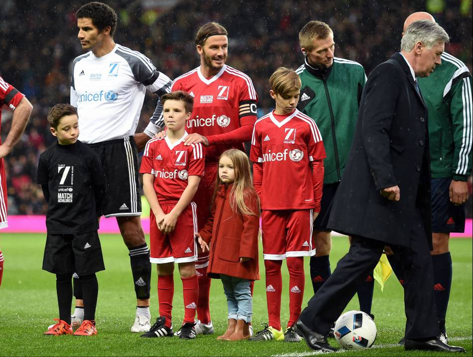 Harper Seven Beckham adorable entourée de sa famille sur le stade  Old Trafford, celui de Manchester United.