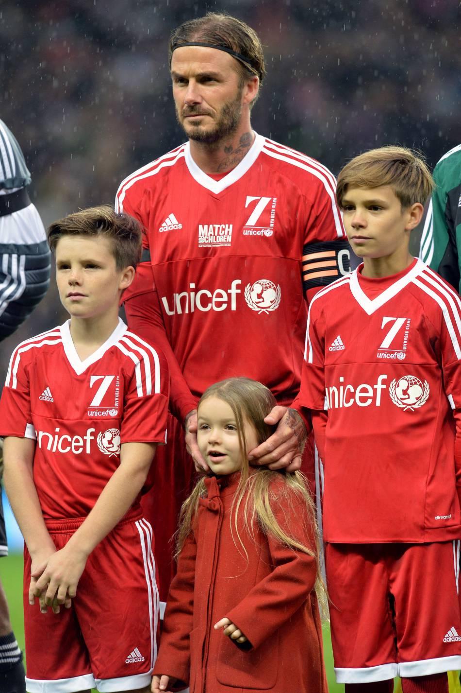 Harper Seven Beckham a bien grandi et semble ravie d'être aux côtés de son papa et de ses grands frères, Cruz et Romeo.