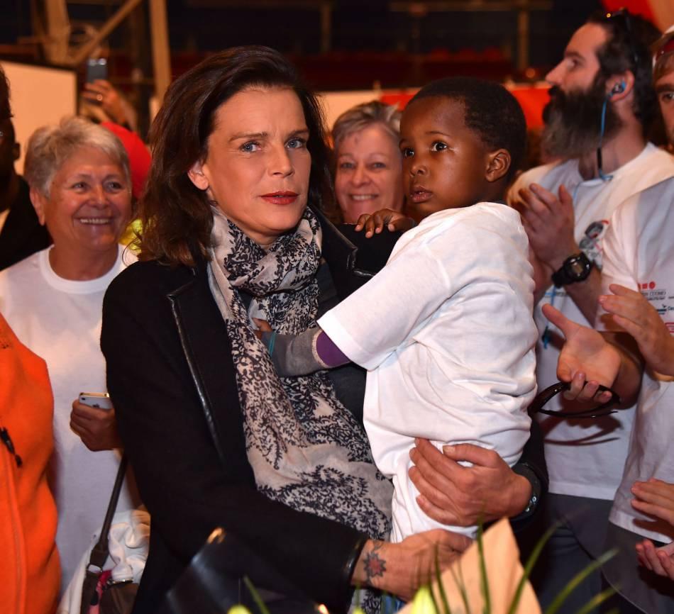 Stéphanie de Monaco, touchée par la présence d'un enfant ayant bénéficié des dons réalisés lors des courses précédentes.
