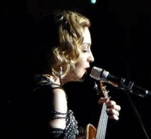 """Madonna chante """"La vie en rose"""" à Stockholm."""