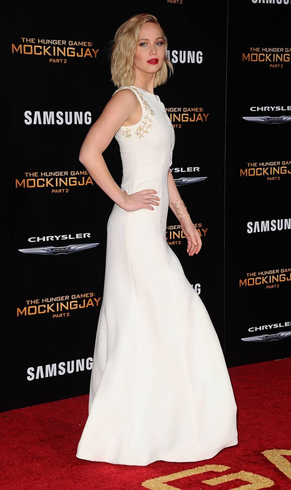 """A l'occasion de l'avant-première de """"Hunger Games – La Révolte partie 2"""", ce lundi 16 novembre 2015 qui se déroulait à Los Angeles,Jennifer Lawrence avait misé sur un longue robe blanche près du corps."""