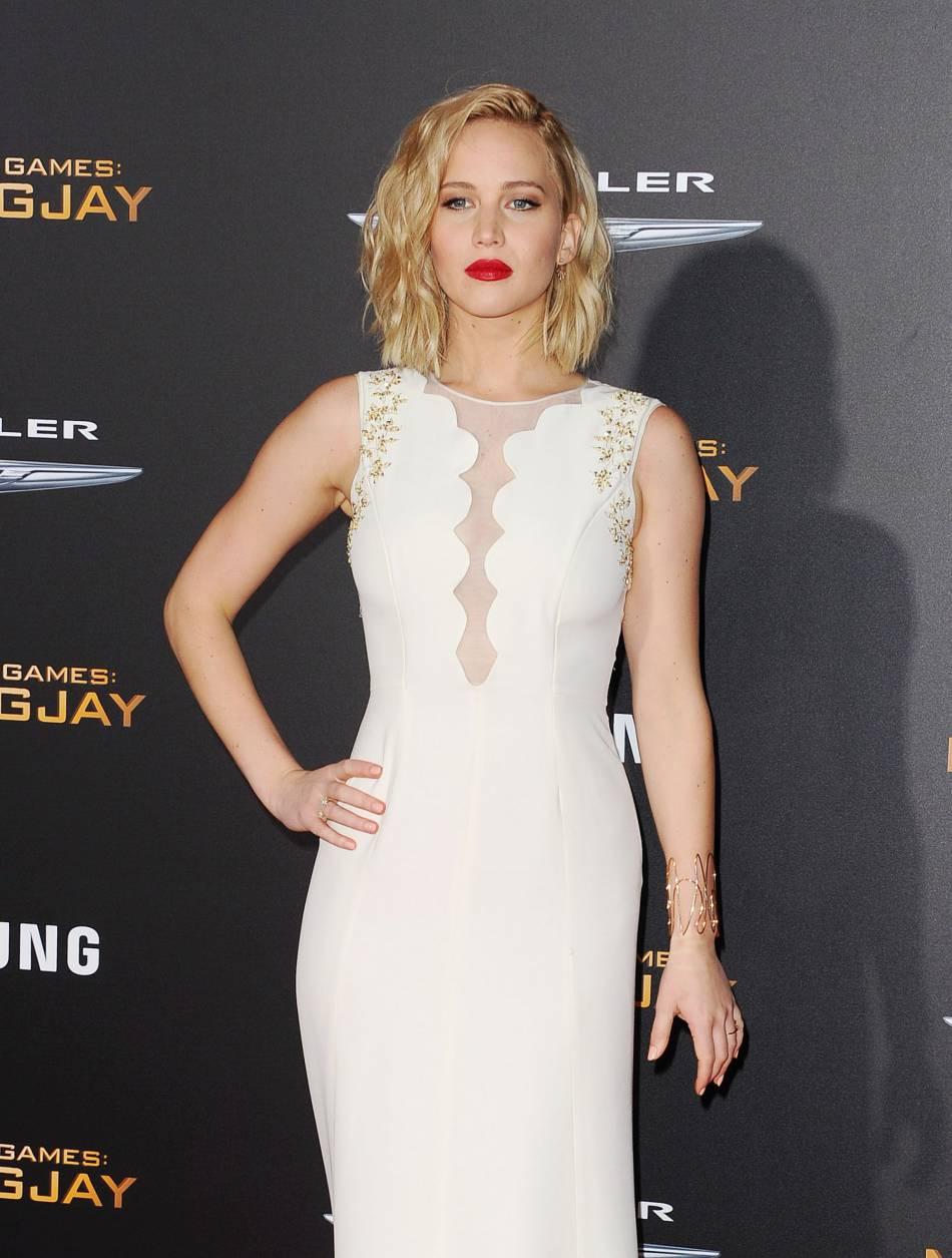 """Jennifer Lawrence et son décolleté très sexy lors de l'avant-première de """"Hunger Games – La Révolte partie 2"""", ce lundi 16 novembre 2015 à Los Angeles."""