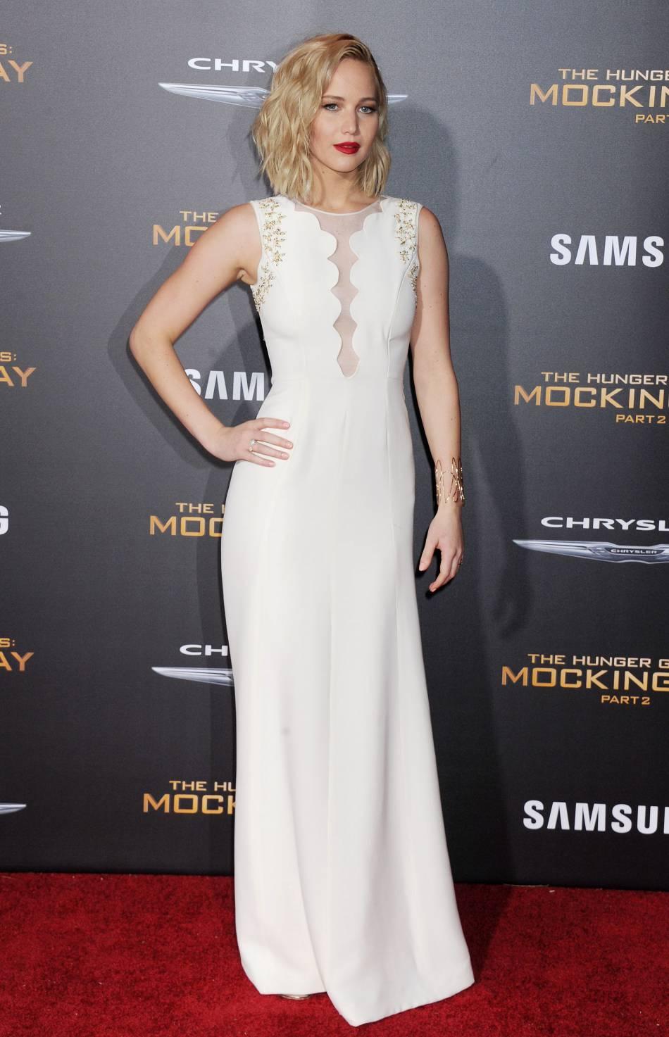 """Jennifer Lawrence, magnifique dans sa robe blanche décolletée lors de l'avant-première de """"Hunger Games – La Révolte partie 2"""", ce lundi 16 novembre 2015 à Los Angeles."""