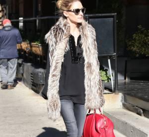 Olivia Palermo porte un gilet en fausse fourrure et nous donne une petite leçon de style.