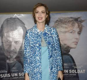 Louise Bourgoin dépareille sa tenue et ses chaussures : une bonne idée pour obtenir un look original.