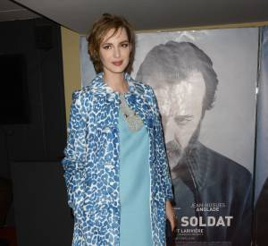 """Louise Bourgoin a pris la pose pour présenter son nouveau film, un drame intitulé """"Je suis un soldat"""", en salles le 18 novembre 2015."""