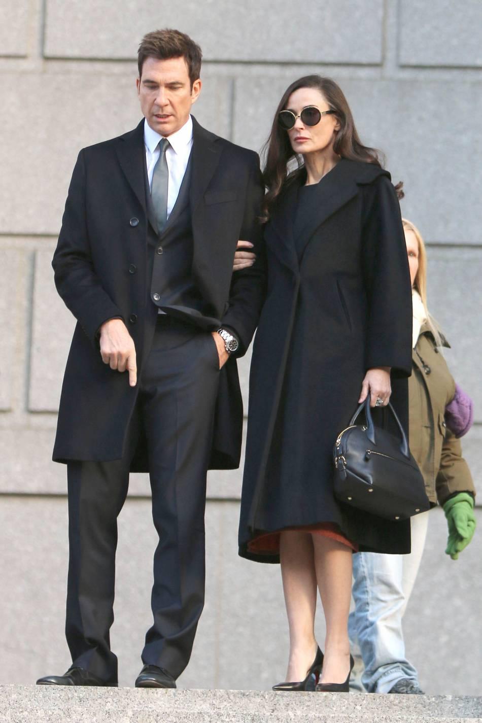 Demi Moore, sublime en long manteau noir.