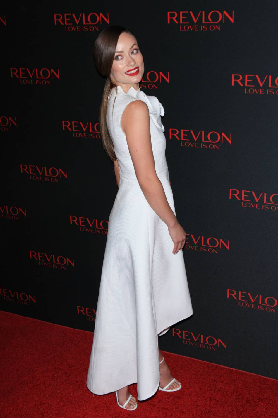 Olivia Wilde a arboré une longue robe blanche à la coupe asymétrique.