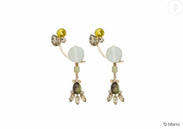 Boucles d'oreilles en métal et cristaux, 470€.