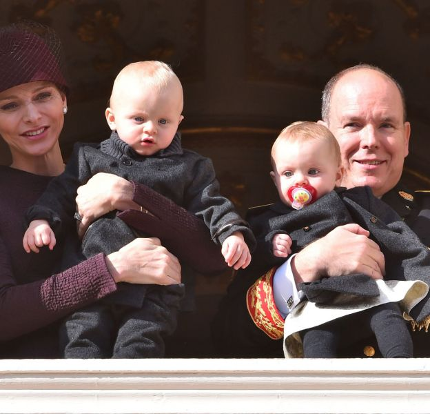 Jacques et Gabriella se sont montrés au balon du Palais princier de Monaco, pour le plus grand bonheur des Monégasques venus les applaudir.
