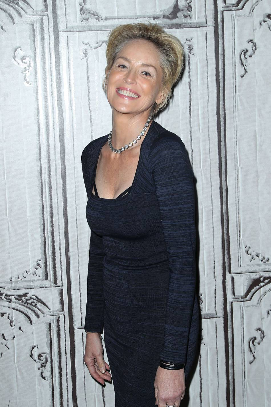 "Sharon Stone, une quinqua sexy sur le plateau de ""AOL Build"", jeudi 19 novembre à New York."