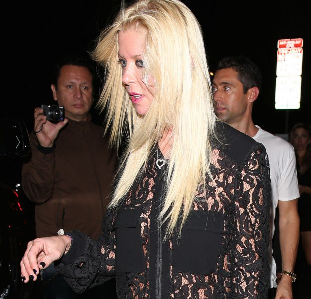 Tara Reid fait une apparition sexy à Hollywood avec sa chemise transparente sous laquelle elle ne porte pas de soutien-gorge.