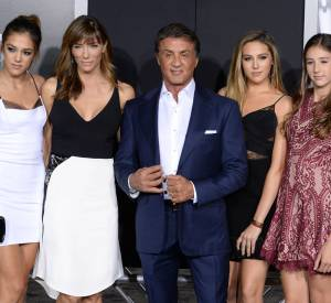 """Sylvester Stallone bien entouré ce 19 novembre 2015 lors de la première de """"Creed"""" à Los Angeles."""