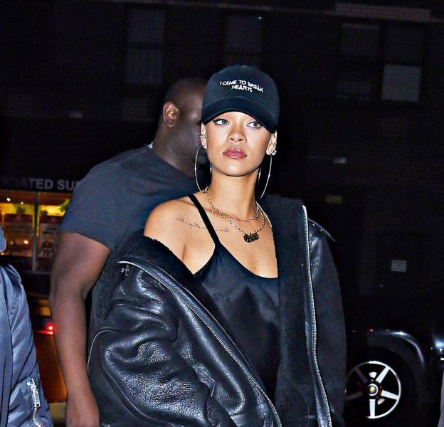 Rihanna opte pour une nouvelle tenue extravageante dans les rues de New York le 19 novembre 2015.