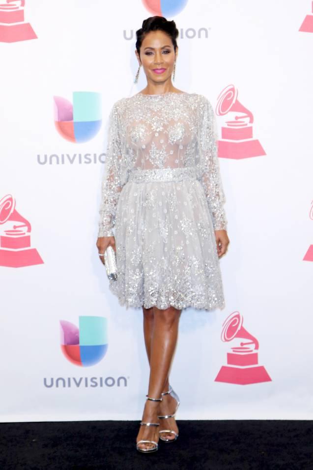 Jada Pinkett-Smith ose la robe toute transparente en dentelle glitter, à 44 ans.
