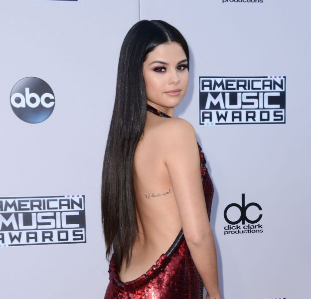 Selena Gomez séduit en robe dos nu Givenchy aux American Music Awards 2015 le 22 novembre 2015 à Los Angeles