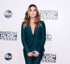 Ashley Benson, nue sous son blazer aux American Music Awards 2015 le 22 novembre 2015 à Los Angeles