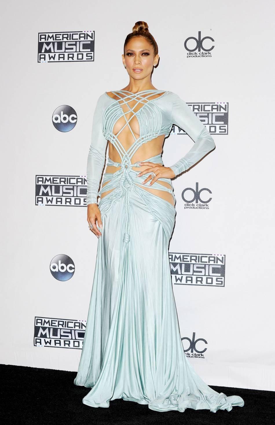 Jennifer Lopez dans une robe Charbel Zoe et bijoux Norman Silverman aux American Music Awards 2015 le 22 novembre 2015 à Los Angeles.