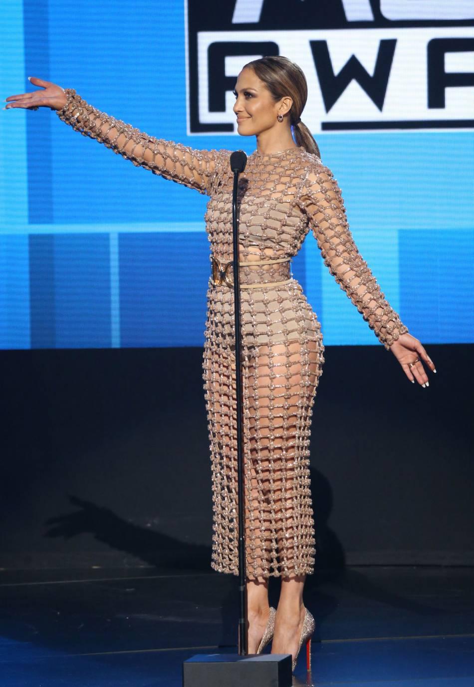 Jennifer Lopez porte une robe Balmain avec des escarpins Christian Louboutin aux American Music Awards 2015 le 22 novembre 2015 à Los Angeles.