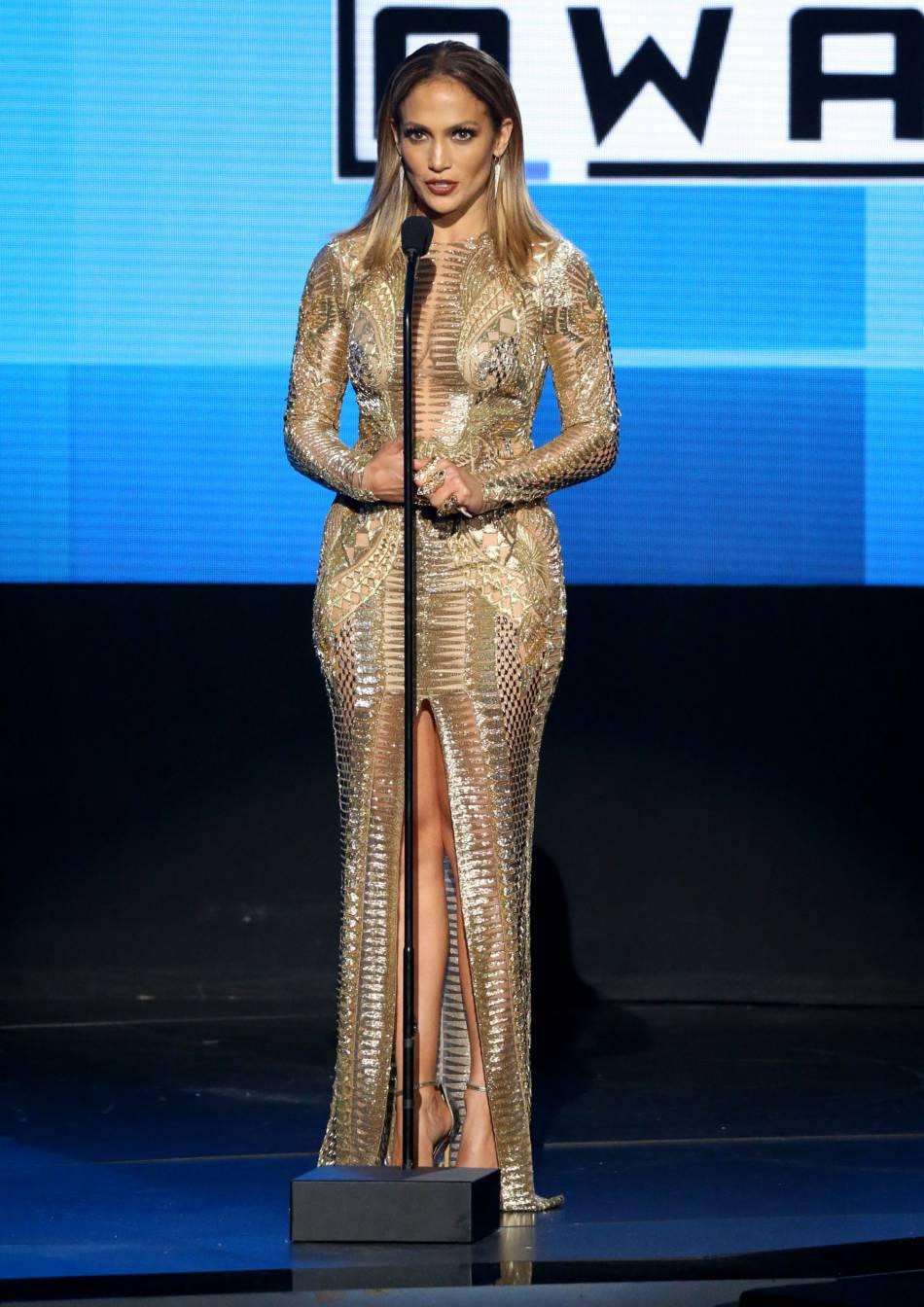 Jennifer Lopez dans une robe Julien MacDonald et sandales Stuart Weitzman aux American Music Awards 2015 le 22 novembre 2015 à Los Angeles.